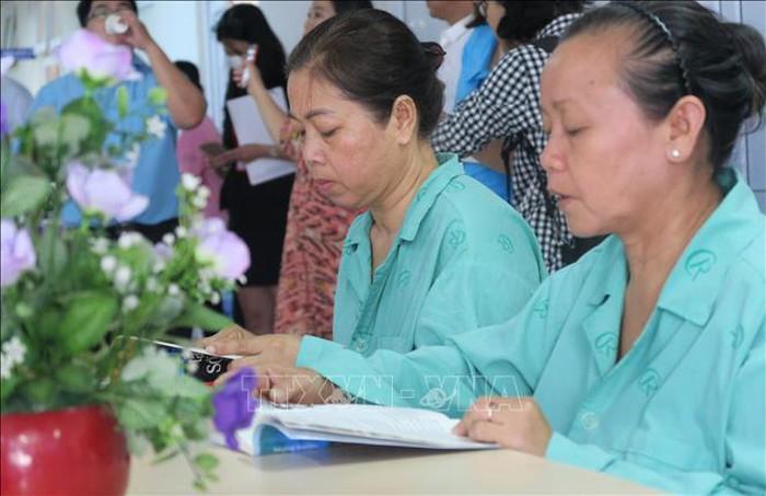 Bệnh nhân đọc sách tìm hiểu về căn bệnh ung thư.