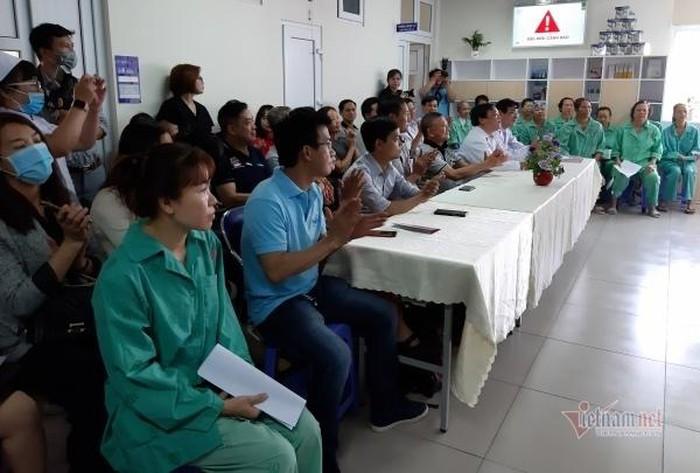 Các bệnh nhân cùng bác sĩ đang tham gia chương trình đầy ý nghĩa