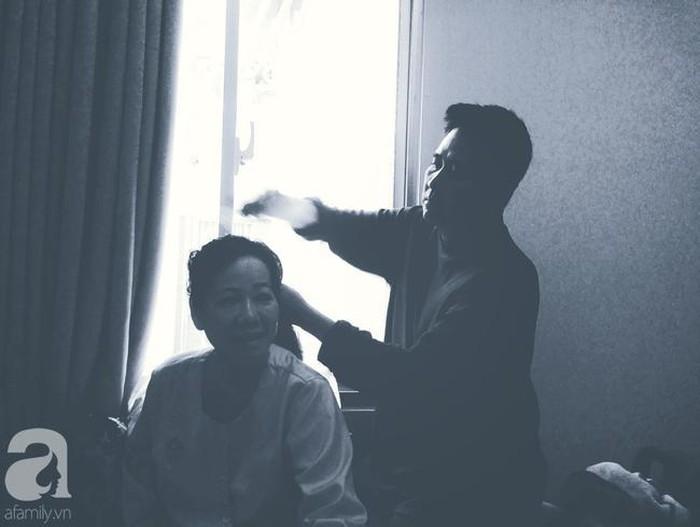 Hình ảnh cha Đình chăm sóc mẹ trong bệnh viện.