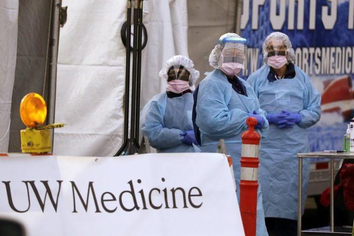 Nhân viên chăm sóc y tế đang mang khẩu trang và áo quần phòng hộ