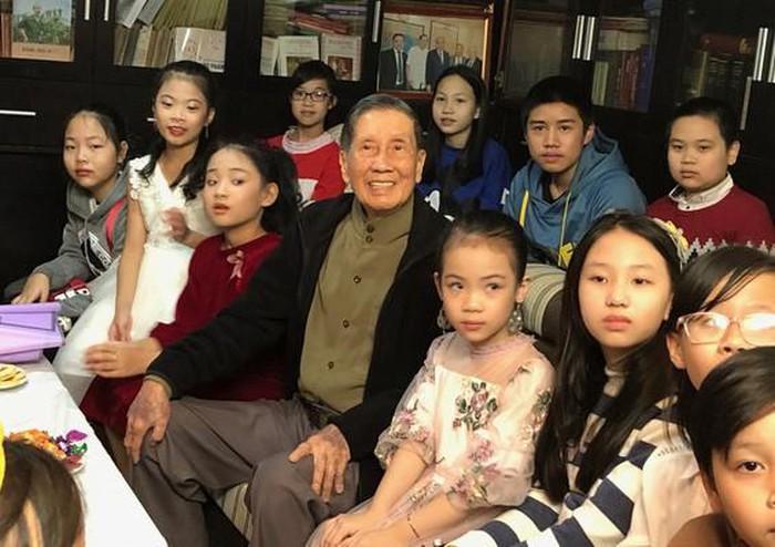 Nhạc sỹ Phạm Tuyên và những bạn thiếu nhi